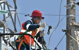 employee working on power lines